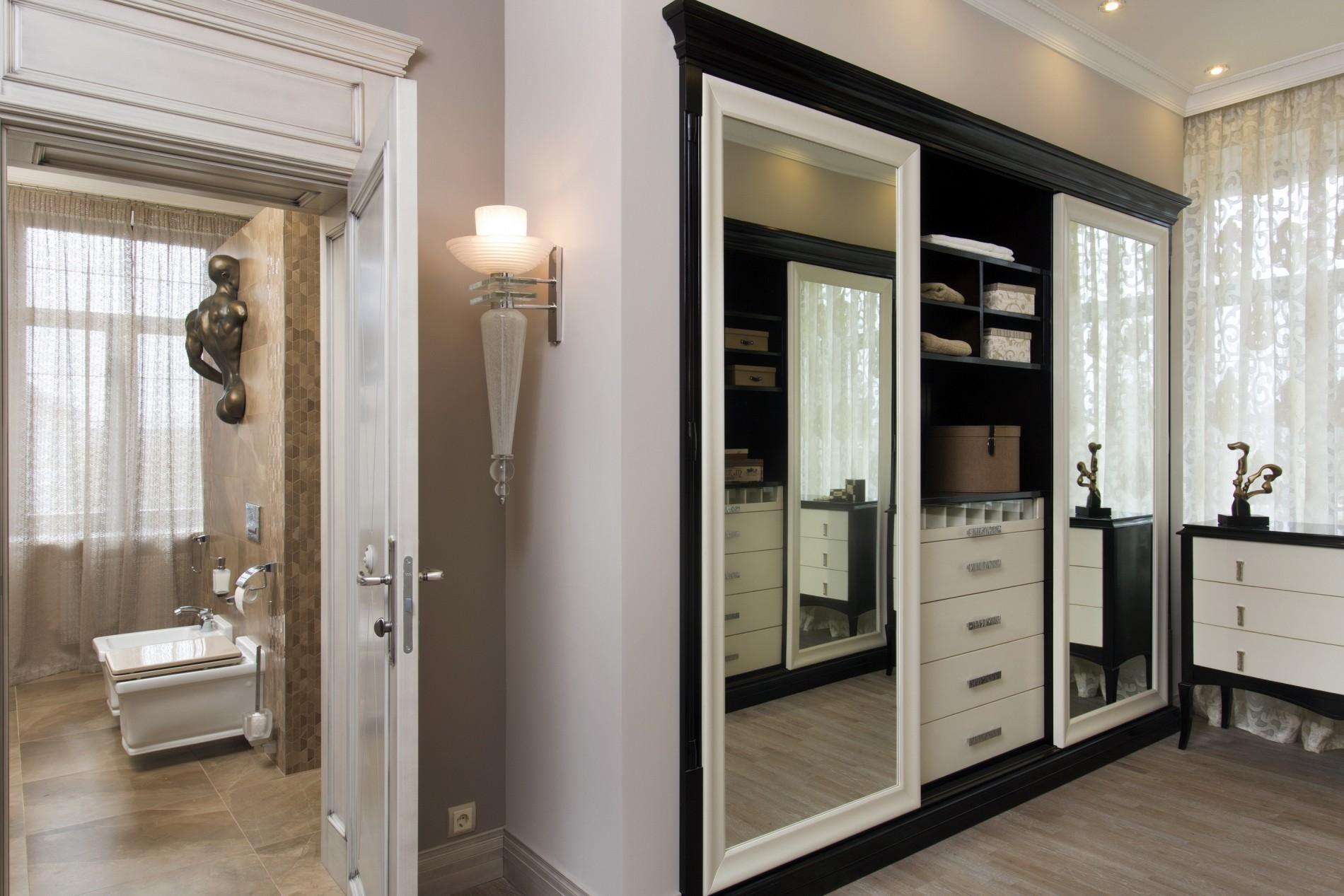 Шкаф купе с зеркалом в гардероб в неоклассике
