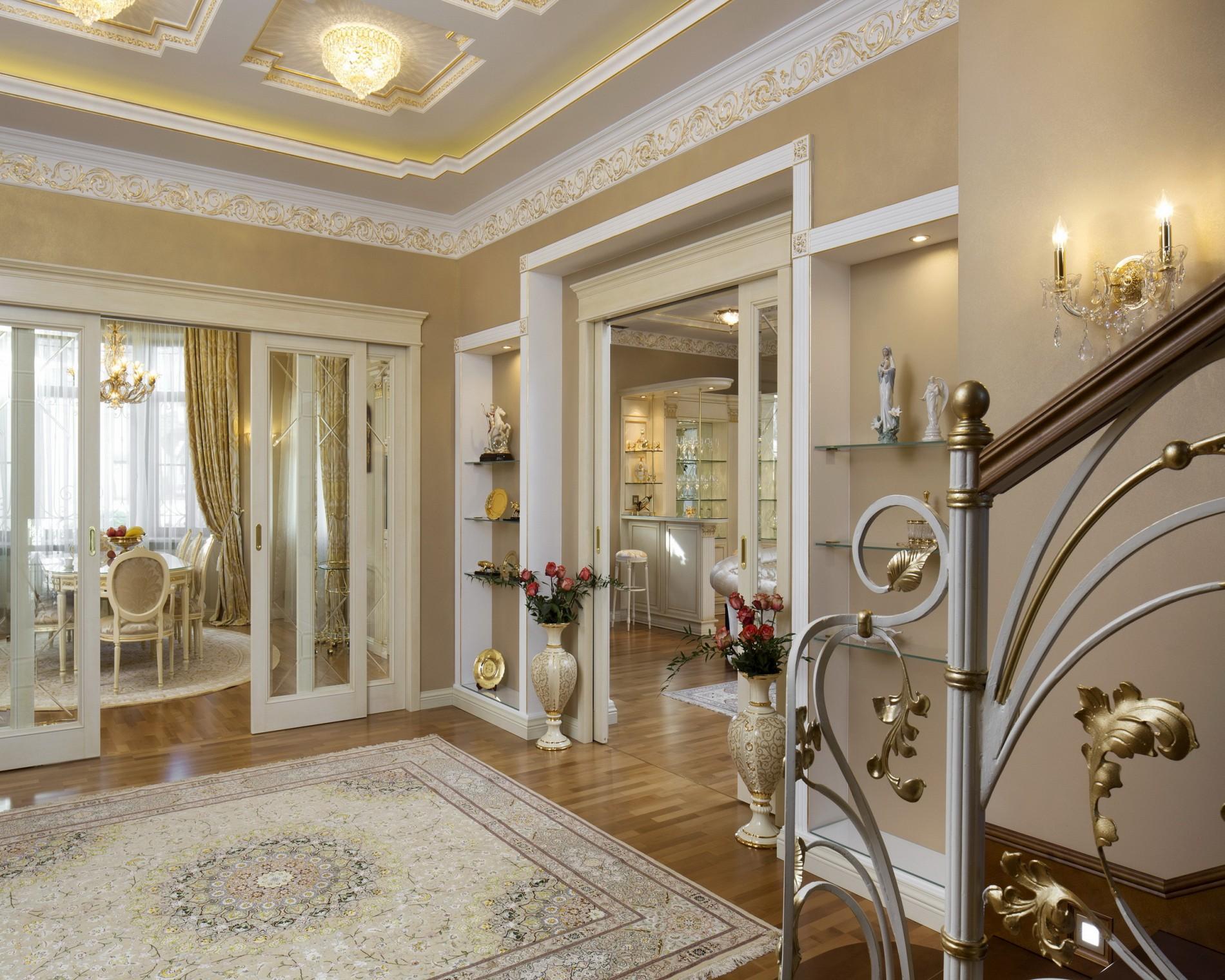 Интерьер прихожей в доме в классическом стиле