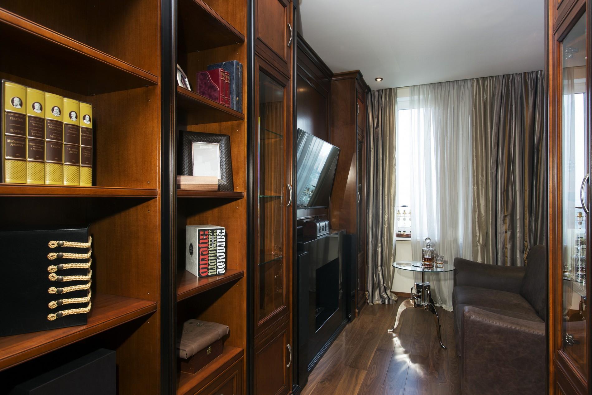 Деревянный классический кабинет в квартире в ЖК «Северный Парк»