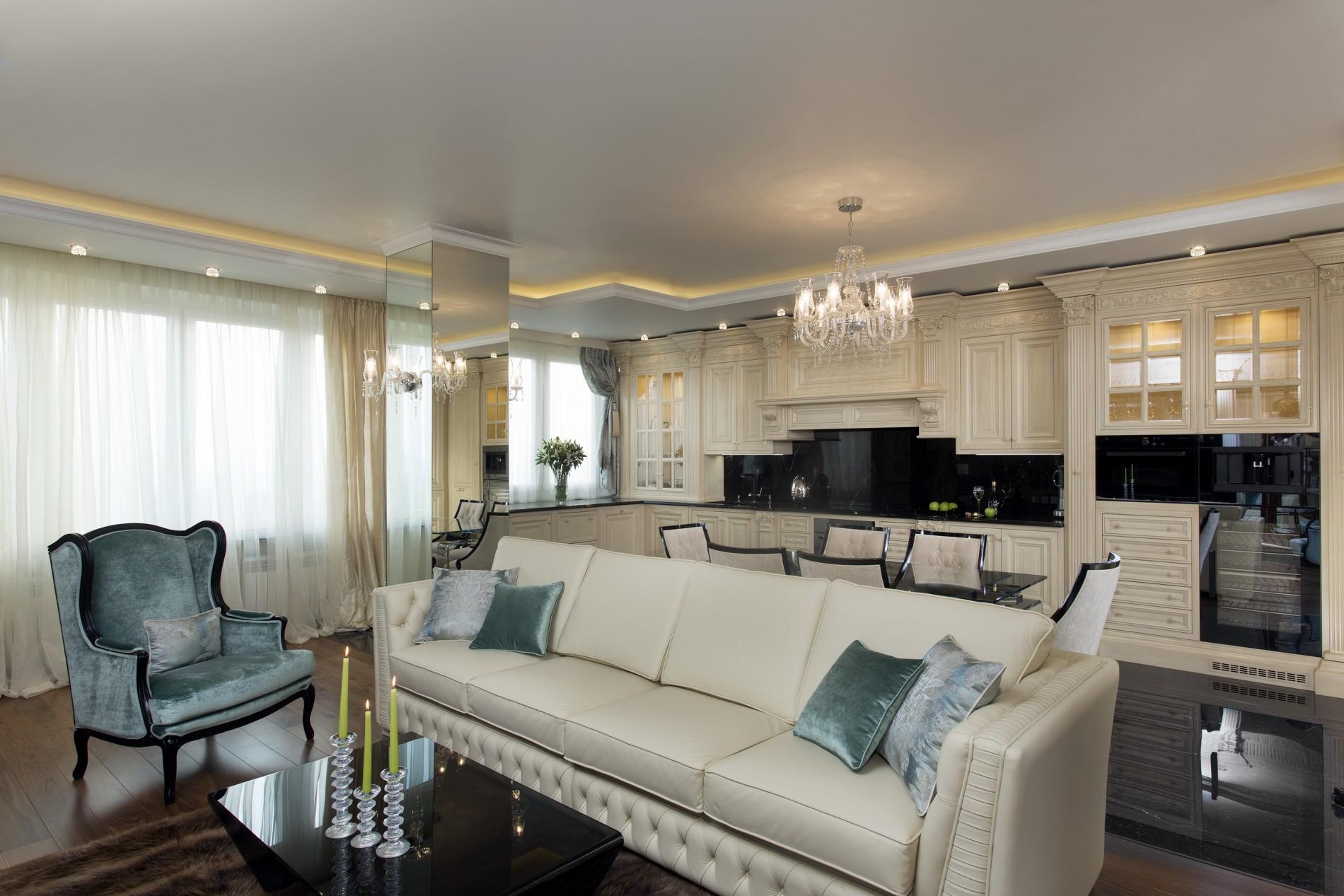 Модный диван с цветными подушками в гостиной