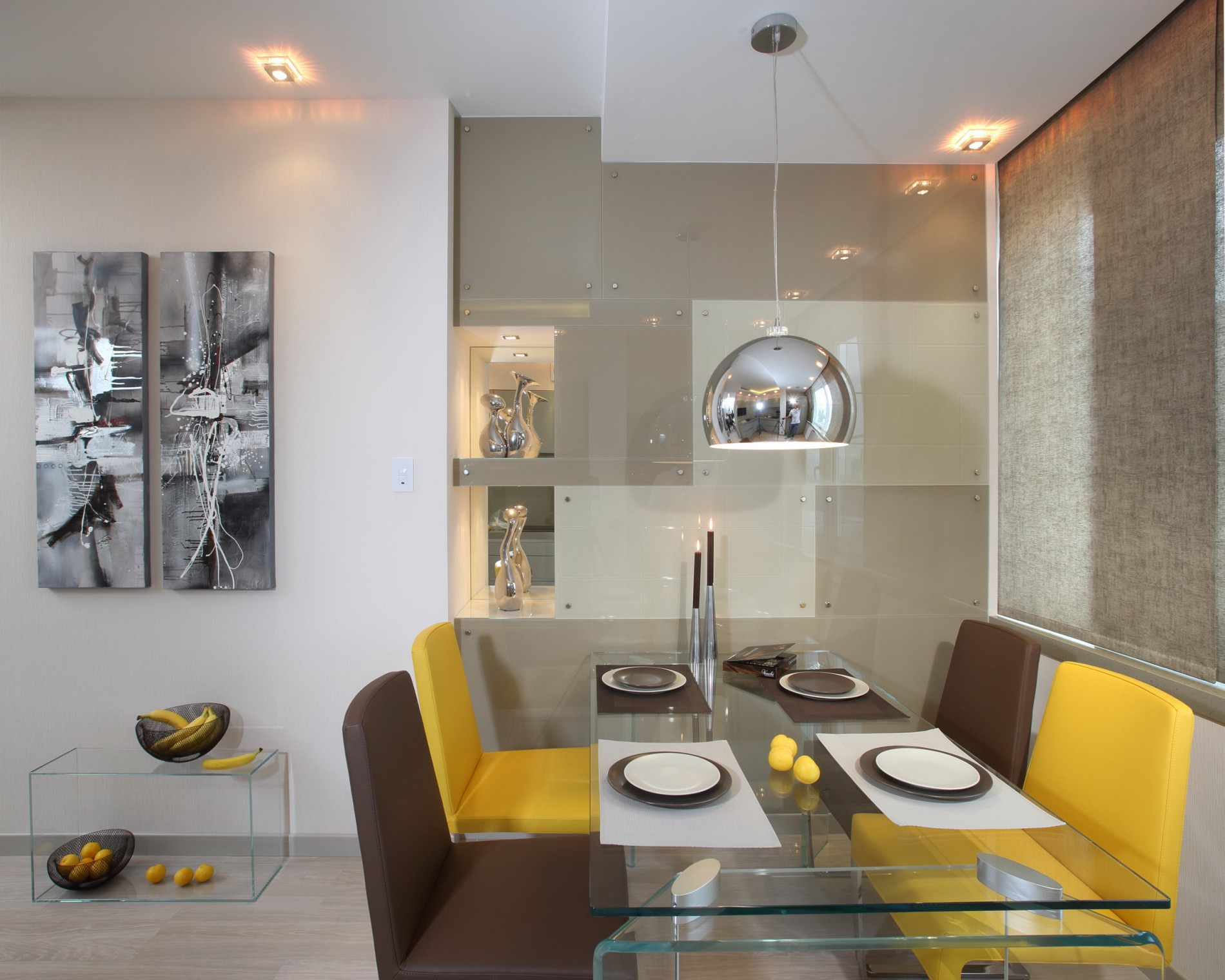 Кухня со стеклянным столом в минимализме