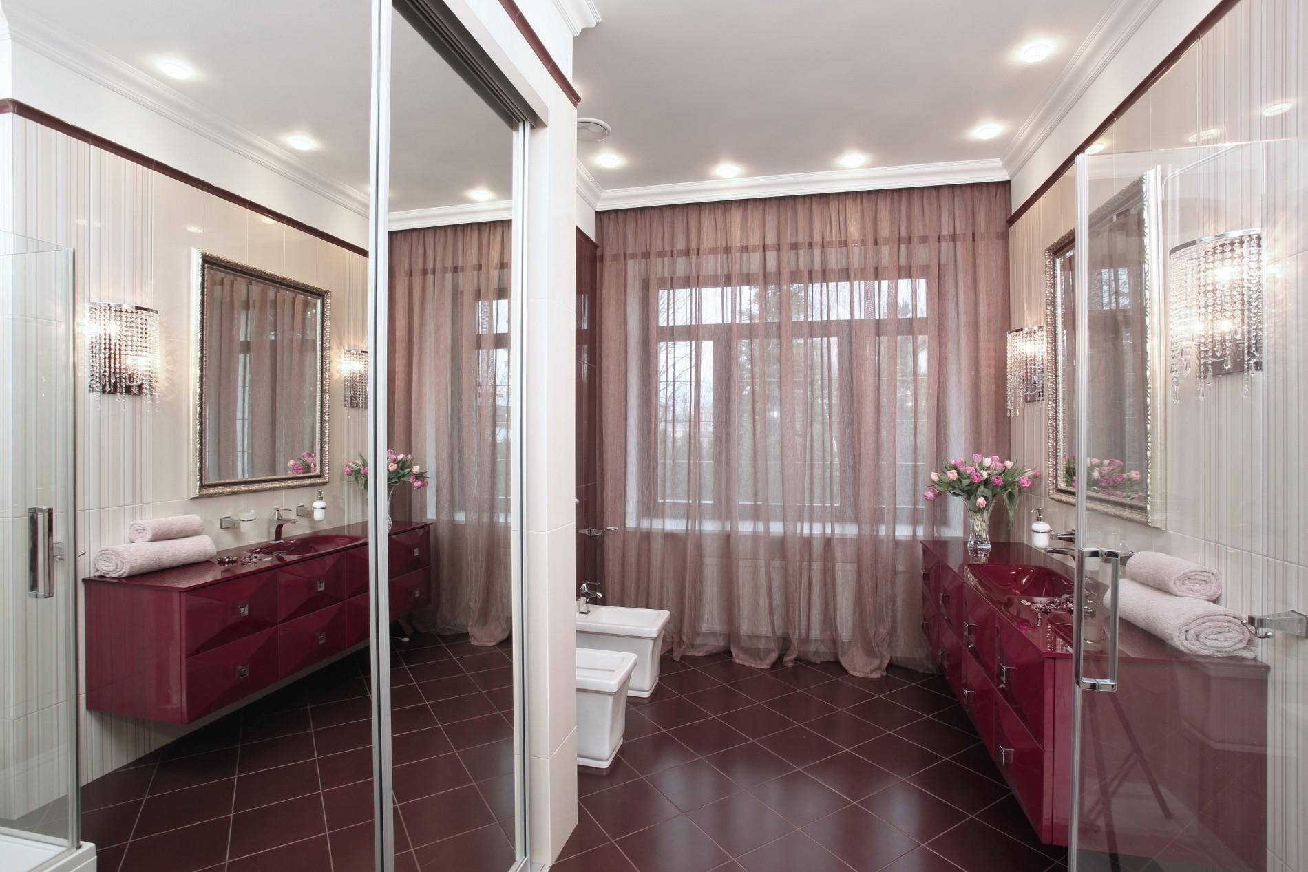Бордовая ванная в неоклассике