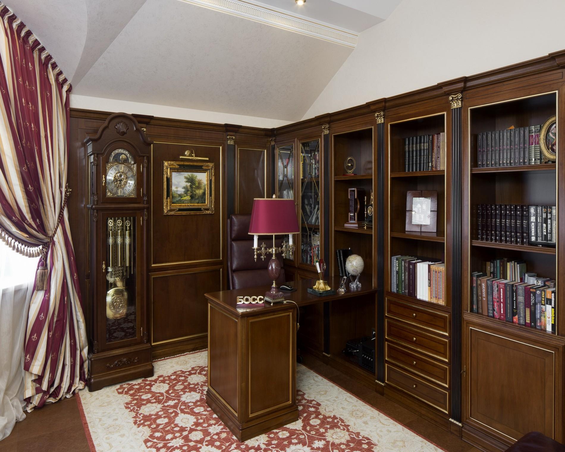 Кабинет в классическом стиле в доме