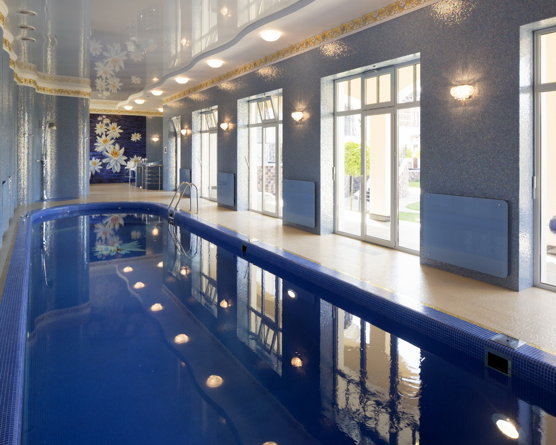 Фото красивого бассейна в доме от дизайнера